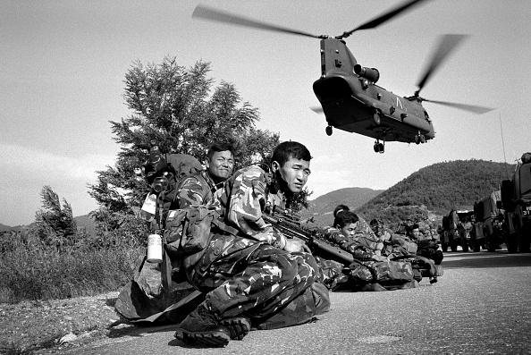 Motion「Kosovo, British army Gurkhas dropped by helicopter into Kosovo (B&W)」:写真・画像(18)[壁紙.com]