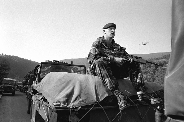 Mid Adult Men「Kosovo, British paratrooper in convoy entering Pristina (B&W)」:写真・画像(10)[壁紙.com]
