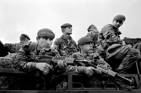 Mid Adult Men「Kosovo, Pristina, British paratroopers entering town」:写真・画像(8)[壁紙.com]