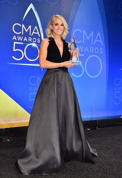 Halter Top「The 50th Annual CMA Awards - Press Room」:写真・画像(6)[壁紙.com]
