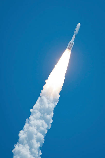 An Atlast V rocket carrying the Juno spacecraft during a midday launch.:スマホ壁紙(壁紙.com)