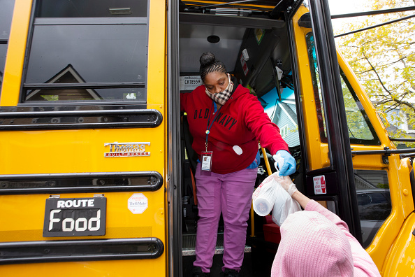 School Bus「Seattle School Bus Delivers Lunches To Kids During Coronavirus Shutdown」:写真・画像(12)[壁紙.com]