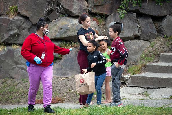 School Bus「Seattle School Bus Delivers Lunches To Kids During Coronavirus Shutdown」:写真・画像(16)[壁紙.com]