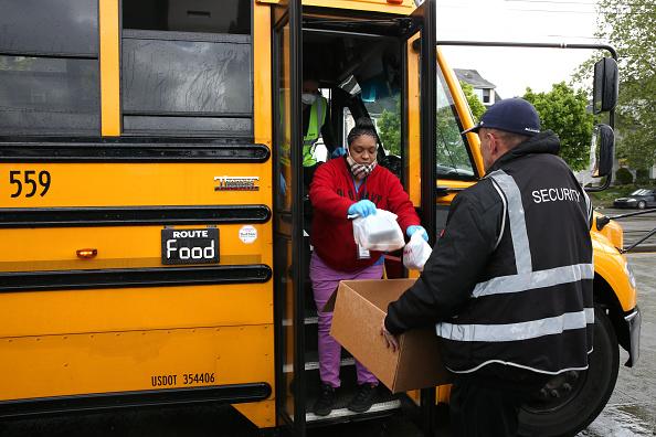 School Bus「Seattle School Bus Delivers Lunches To Kids During Coronavirus Shutdown」:写真・画像(7)[壁紙.com]