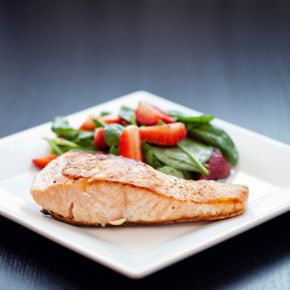Spinach「Grilled salmon with strawberry spinach salad」:スマホ壁紙(11)