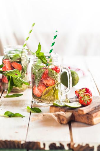 Infused Water「Vitamin water, detox water, infused water, limes, strawberries, mint」:スマホ壁紙(12)