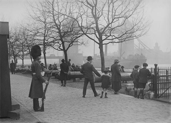 Rug「Ship Approaching Tower Bridge」:写真・画像(4)[壁紙.com]