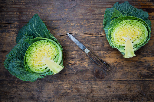 Cabbage「Savoy and knife on wood, halved」:スマホ壁紙(14)