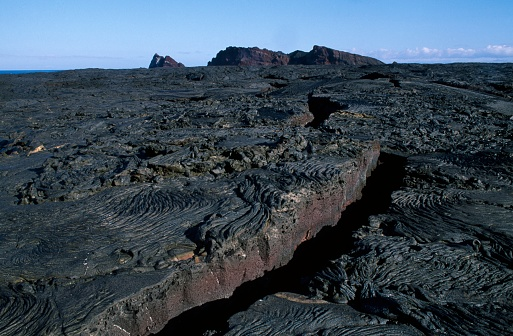 Lava「Crevice in Lava Field on Santiago Island, Galapagos」:スマホ壁紙(3)