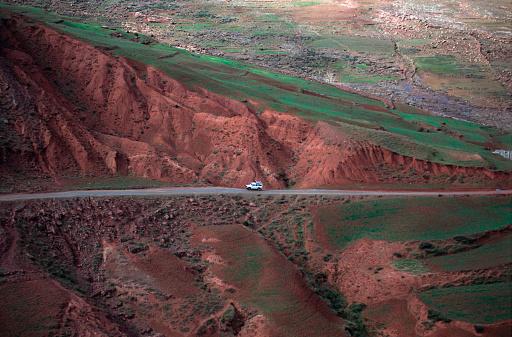 アトラス山脈「Jeep on Road, Atlas Mountains, Morocco, Africa」:スマホ壁紙(12)