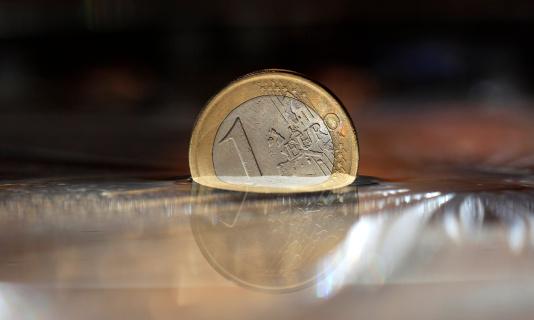 硬貨「One euro coin underwater, close up」:スマホ壁紙(6)