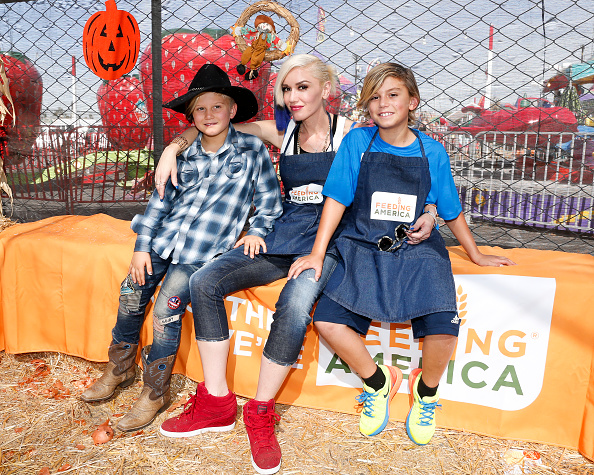 Gwen Stefani「Feeding America And The Los Angeles Regional Food Bank Host Holiday Harvest Volunteer Event At Shawn's Pumpkin Patch」:写真・画像(4)[壁紙.com]