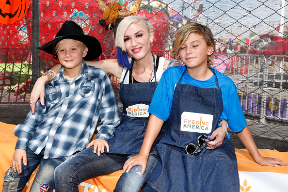 Gwen Stefani「Feeding America And The Los Angeles Regional Food Bank Host Holiday Harvest Volunteer Event At Shawn's Pumpkin Patch」:写真・画像(5)[壁紙.com]