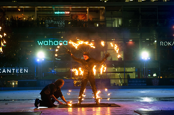 Ice Sculpture「Ice Rink Canary Wharf Launches In A Fiery Blaze」:写真・画像(11)[壁紙.com]