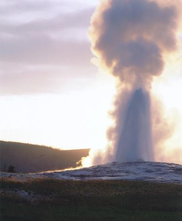 Emitting「Light shines through erupting spray from geyser. Old Faithful, Yellowstone National Park, Wyoming.」:スマホ壁紙(18)