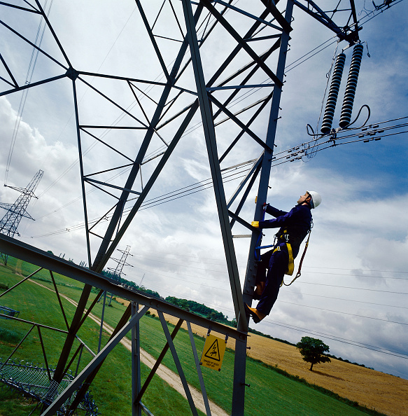 Danger「Worker climbing electricity pylon.」:写真・画像(4)[壁紙.com]