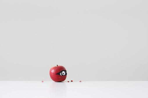 隠れる「Red apple with eyes hiding inside」:スマホ壁紙(17)