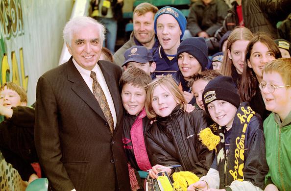 Club Soccer「Wimbledon Chairman Sam Hamman with young fans 1999」:写真・画像(3)[壁紙.com]