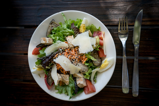 Vinaigrette Dressing「Delicious salad with grilled chicken and vegetables on a wooden table」:スマホ壁紙(14)