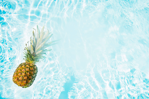 Pineapple「Pineapple floating in swimming pool」:スマホ壁紙(7)
