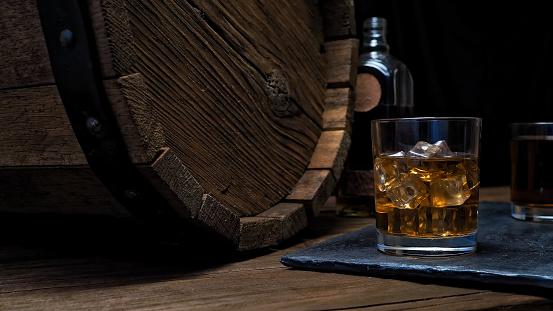 Whiskey「Whiskey on bar counter」:スマホ壁紙(12)