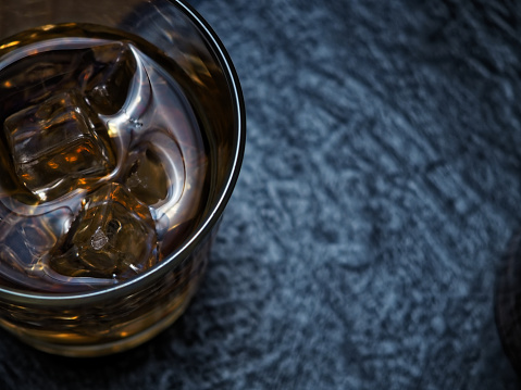 ウィスキー「バーのカウンターでウイスキー」:スマホ壁紙(8)