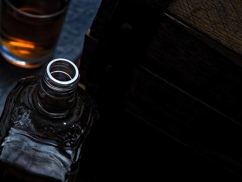 ウィスキー「バーのカウンターでウイスキー」:スマホ壁紙(4)