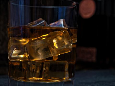 ウィスキー「バーのカウンターでウイスキー」:スマホ壁紙(3)
