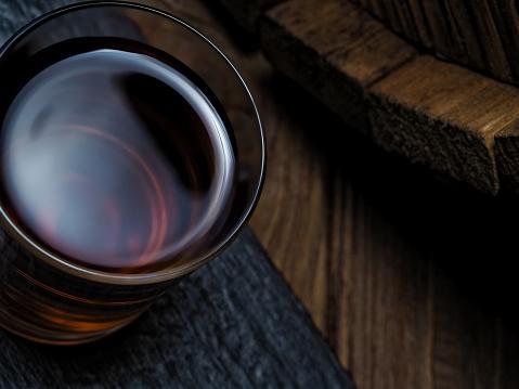 ウィスキー「バーのカウンターでウイスキー」:スマホ壁紙(2)