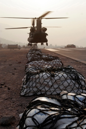 CH-47 Chinook「Muzaffarabad, Pakistan - Marine landing support specialists attached to the Combined Medical Relief team 3's helicopter Support Team, attach external loads, or sling loads, to the body of an Army CH-47 Chinook Cargo Helicopter, December 27.」:スマホ壁紙(4)