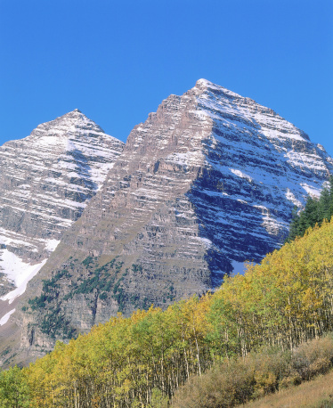 Uncompahgre National Forest「Detail of snow-covered Maroon Bells behind a sloping forest of autumn aspens. Maroon Bells, Maroon Bells-Snowmass Wilderness, Uncompahgre National Forest, Colorado.」:スマホ壁紙(18)