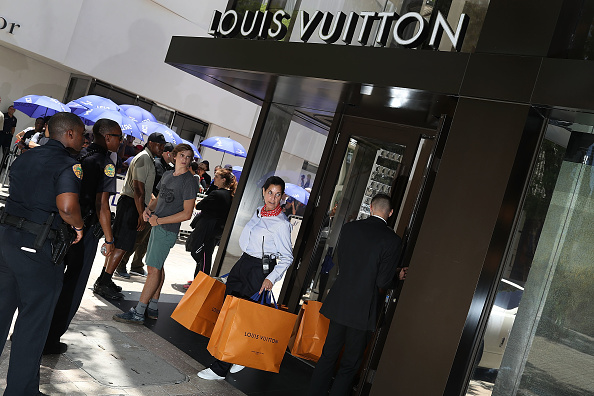 Louis Vuitton - Designer Label「Crowds Line Up For Limited Edition Supreme And Louis Vuitton Collaboration Clothing Items」:写真・画像(0)[壁紙.com]