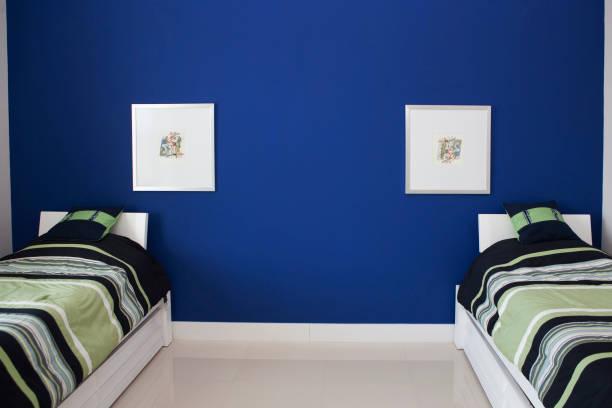 Wall art and twin beds in modern bedroom:スマホ壁紙(壁紙.com)
