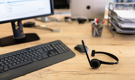 Support「Call Center Headset Device At Office Desk For Hotline Telemarketing Concept」:スマホ壁紙(7)