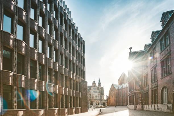 old lane in Bremen with historic brick buildings:スマホ壁紙(壁紙.com)