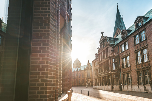 UNESCO「old lane in Bremen with church and brick buildings」:スマホ壁紙(12)