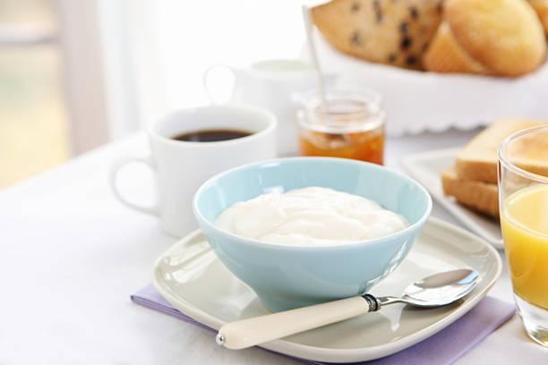 breakfast table with yogurt:スマホ壁紙(壁紙.com)