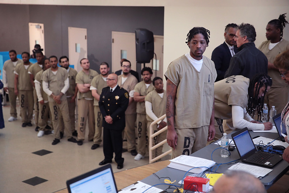 In A Row「Cook County Jail Inmates Take Part In Early Voting Ahead Of Illinois Primary」:写真・画像(6)[壁紙.com]