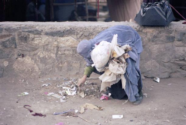 Afghan Woman Sorting Rubbish:ニュース(壁紙.com)