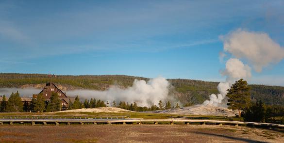 Old Faithful「Old Faithful Inn and Old Faithful Geyser, Yellowstone National Park」:スマホ壁紙(15)