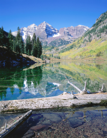 Uncompahgre National Forest「Valley of Maroon Bells is reflected in Maroon Lake in autumn. Maroon Lake, Maroon Bells, Maroon Bells-Snowmass Wilderness, Uncompahgre National Forest, Colorado.」:スマホ壁紙(15)