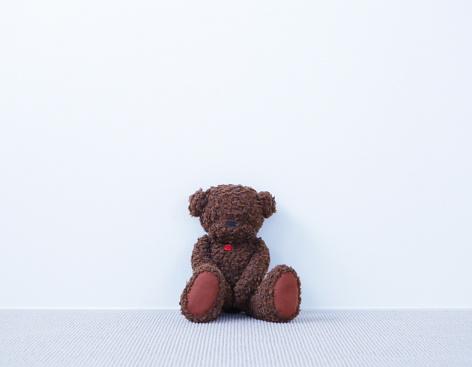 Carefree「Brown teddy bear in the room」:スマホ壁紙(15)