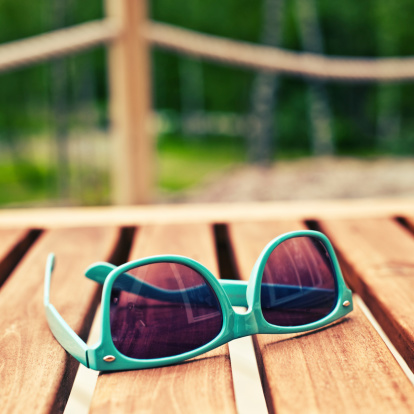 Cross-processed「Green sunglasses on outdoor wooden porch」:スマホ壁紙(16)