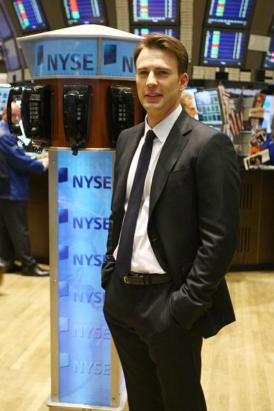俳優「Chris Evans Rings The Opening Bell At The New York Stock Exchange」:写真・画像(11)[壁紙.com]