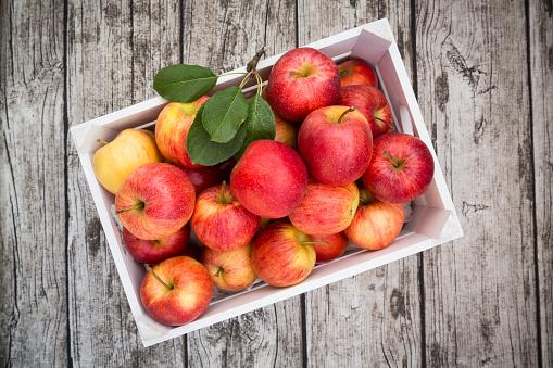 リンゴ「Box of red apples on wood」:スマホ壁紙(18)