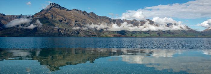 静かな情景「Walter Peak reflected in Lake Wakatipu.」:スマホ壁紙(5)