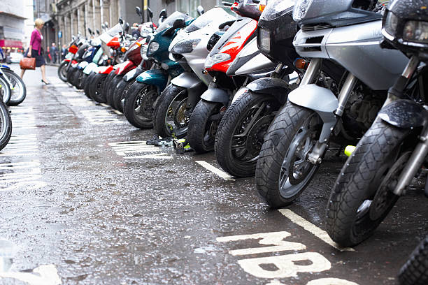 Row of motorcycles parked on wet street:スマホ壁紙(壁紙.com)