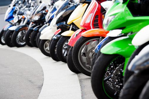 自転車・バイク「列のモータースクーターに立っている通り、コピースペース」:スマホ壁紙(1)