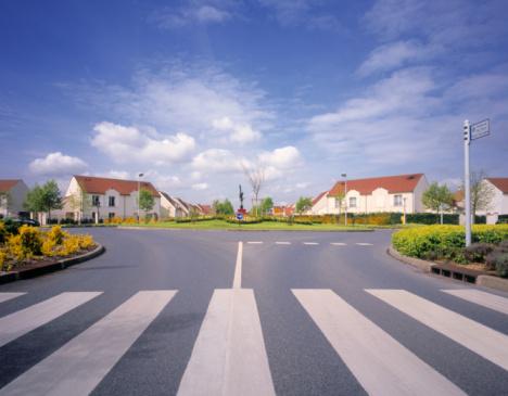 Conformity「Roundabout in newly built residential neighborhood in suburban Paris.」:スマホ壁紙(7)