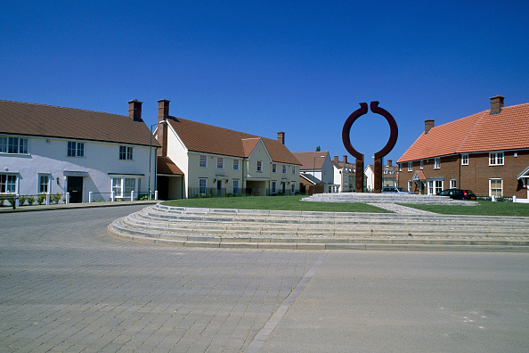 2002「Roundabout and sculpture in new residential development. Great Notley garden village. Essex, United Kingdom.」:写真・画像(0)[壁紙.com]